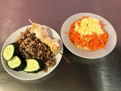 Гречана каша з курячис філе на шпажці. Салат зі свіжої моркви та сиром
