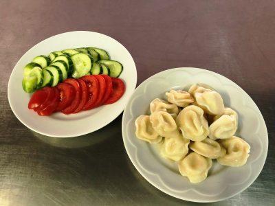 Овочева нарізка та пельмені